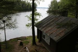 Näkymä portailta saunan yli järvelle